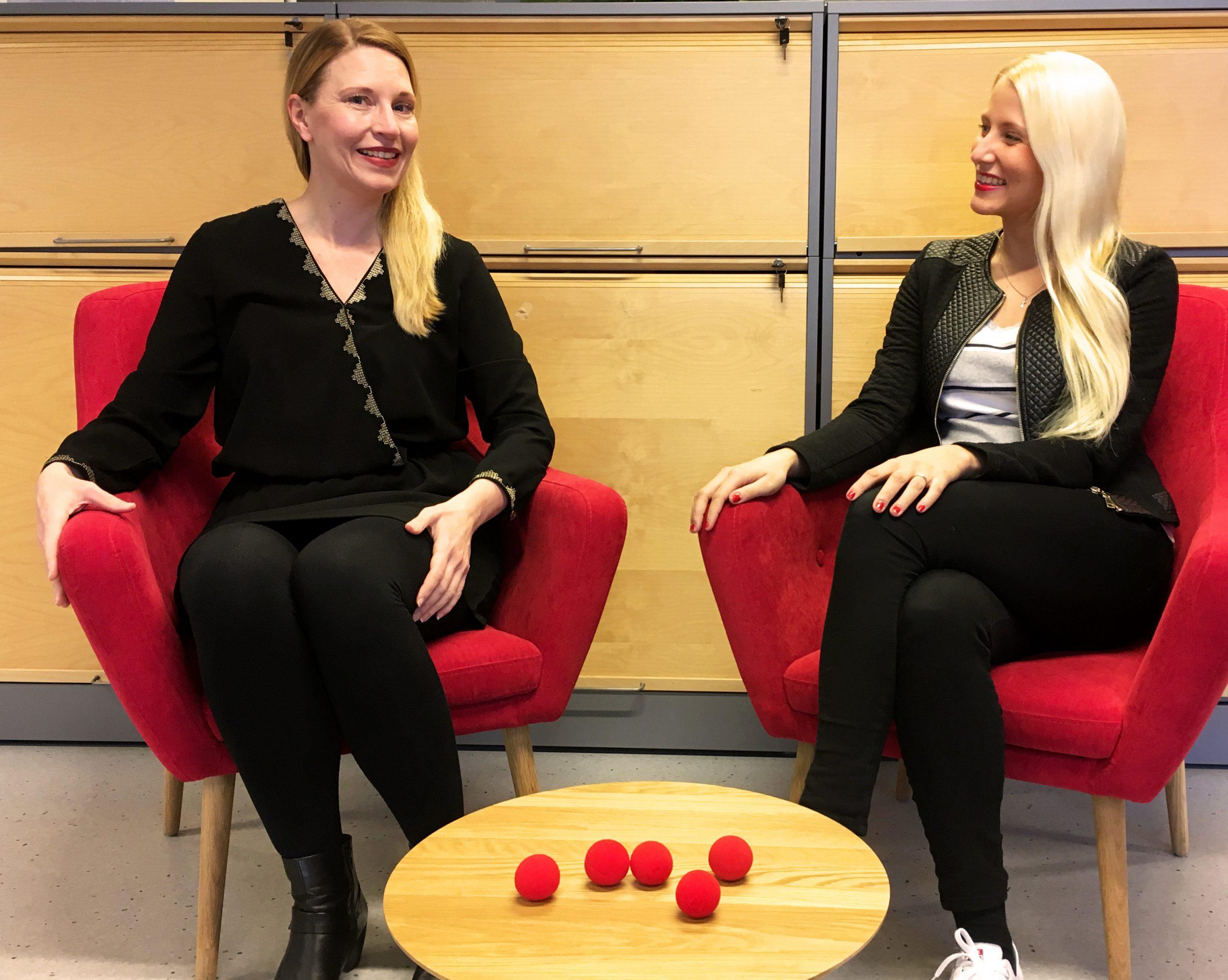 Tänä vuonna Nenäpäivä haastaa kaikki suomalaiset laittamaan hyvän liikkeelle, kertovat Riina Lipponen ja Benita Reinikka. Kuva: Päivi Korpela/Nenäpäivä