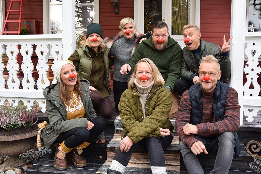 gänget på trappan i Strömsö med näsor